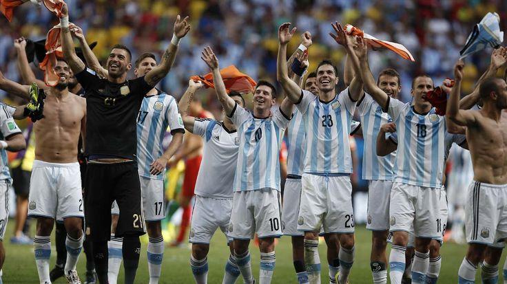 Festejo con la hinchada argentina.... Mundial Brasil 2014............... Partido de Cuartos de Final... Argentina 1 Belgica 0 ... gol de Gonzalo Higuain #9 a los 8' ... 1 de julio de 2014 en el Estadio Nacional de Brasilia. Brasilia.