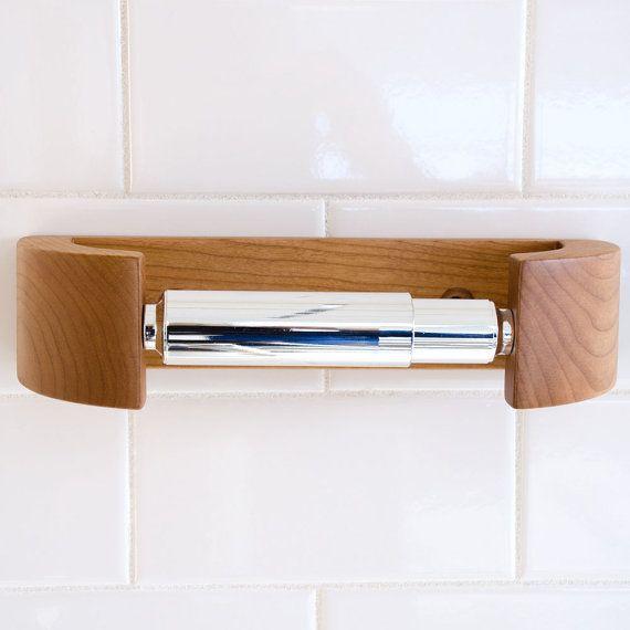 SOSTENEDOR DE PAPEL HIGIÉNICO MODERNO CURVA POR WILBUR DAVIS STUDIOS  ¿Buscas un conjunto elegante cuarto de baño? Nosotros habíamos buscado alrededor de un soporte de papel higiénico moderno con líneas limpias y una sensación de lujo, pero en vano!  Hemos diseñado este curvo madera Portarollo de baño a la par muy bien con nuestras barras de toalla del Bentwood. Está disponible en la misma especie de madera por lo que es fácil de combinar. Y como los toalleros, monta simplemente con unos…