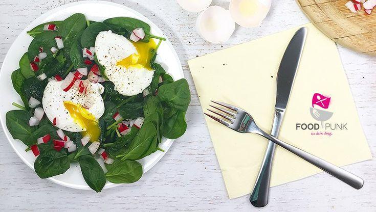 Eier sollten bei keiner LowCarb oder Paleo Ernährung fehlen! Sie sind das ideale Frühstück, halten lange satt und versorgen Dichmit wertvollen Fettsäuren und Cholin für Dein Gehirn. Damit beim Eierfrühstück keine Langweile aufkommt, kannst Du die verschiedensten Zubereitungsmethoden nutzen. Spiegeleier, Rühreier, weich gekochte Eier, Eier mit etwas Kokosmehl als Pfannkuchen, Pancakes oder Wraps….. UND – …