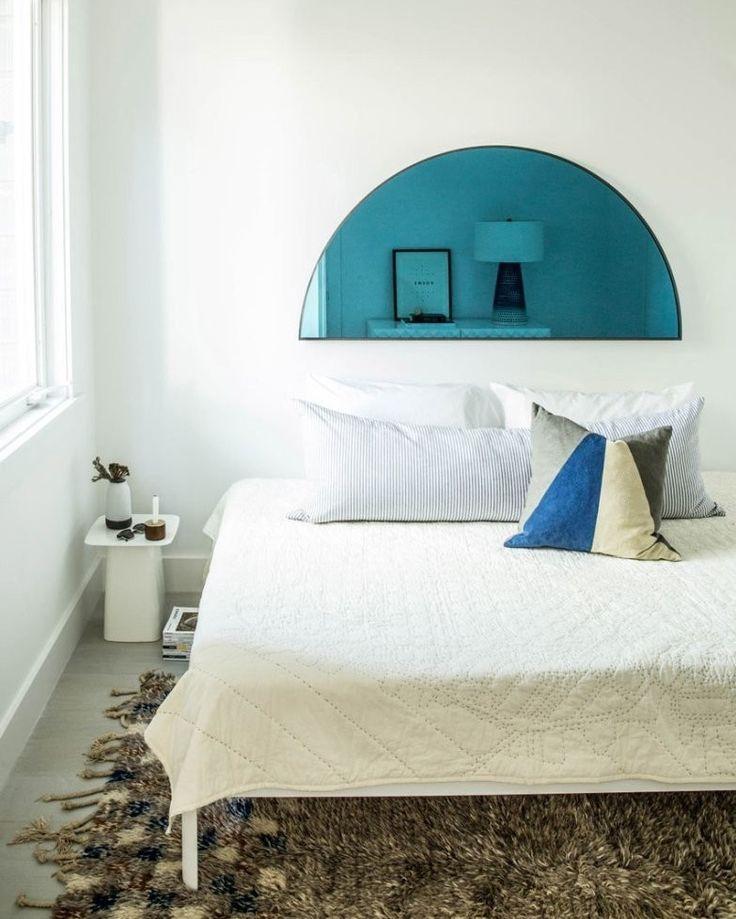 Boa noite! Minimalismo e estilo escandinavo cercam este quarto. As paredes brancas realçam a luz natural abundante e os pontos de cor do ambiente: o piso mais escuro o tapete em tom marrom bege e preto a almofada colorida e o espelho inusitado em formato de meia lua. Puro relax. #revistacaclaudia #decoração #decor #decoration #arquitetura #architecture #escandinavo #nordico #blue #bedroom #quarto #simples #sóbrio #azul #claro #bright #beautiful by revistacasaclaudia