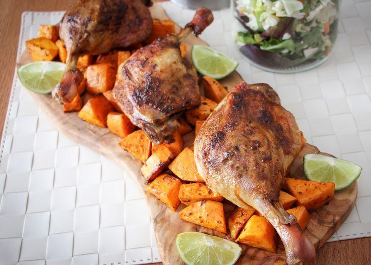 Cuisses de canard et patates douces à la lime et au piment d'Espelette - Préchauffer le four à 190 °C (375 °F). Dans un petit bol, bien mélanger les quatre assaisonnements avec le zeste et le jus de lime. Soulever la peau sur les cuisses de canard à quelques endroits et insérer un peu de ce mélange (environ le tiers) avec une petite cuillère et les badigeonner.