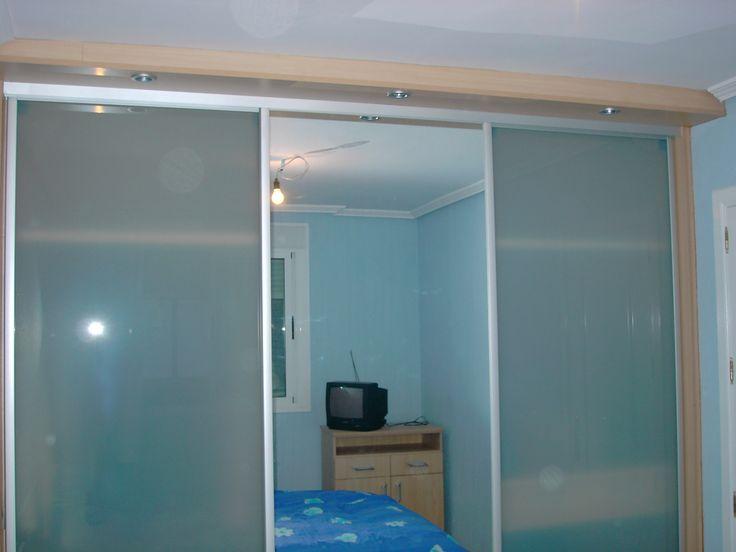 Armario empotrado con puertas de cristal al acido y una puerta central de espejo perfileria en - Puertas de cristal para armarios ...