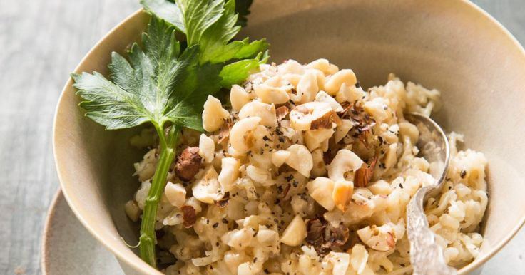 אורז מלא עם שורש סלרי ואגוזי לוז