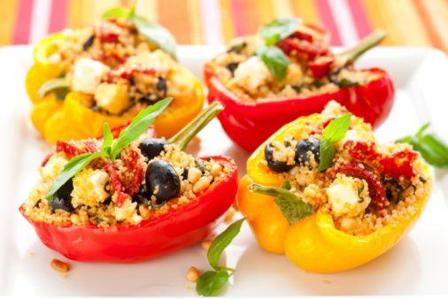 Peperoni ripieni con riso, verdure miste, pomodori e olive