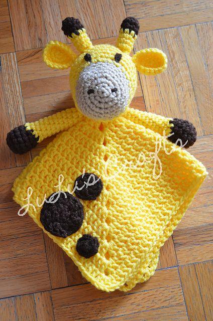 Wat een leuk kraamcadeautje! Een giraffe knuffeldoekje! Je haakt hem met dit gratis Engelstalige haakpatroon van Kelsey Bieker.
