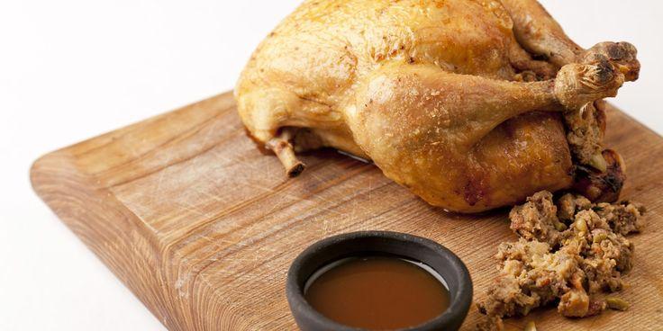 FARCE ABATS POULET Ingrédients (4 Portions):  - 1 beau poulet (avec les abats)  Pour la farce : - 2 échalotes - 2 gousses d'ail - les abats du poulet - quelques brins de persil - 2 tranches de pain moyennes un peu de lait - Préparation de la recette:  Mettre les tranches de pain dans du lait tièdi pour les faire ramollir. Mixer ensuite ensemble tous les ingrédients en rajoutant 1 oeuf. Saler et poivrer la farce ainsi que l'intérieur du poulet. Remplir le poulet de cette farce et bien le…