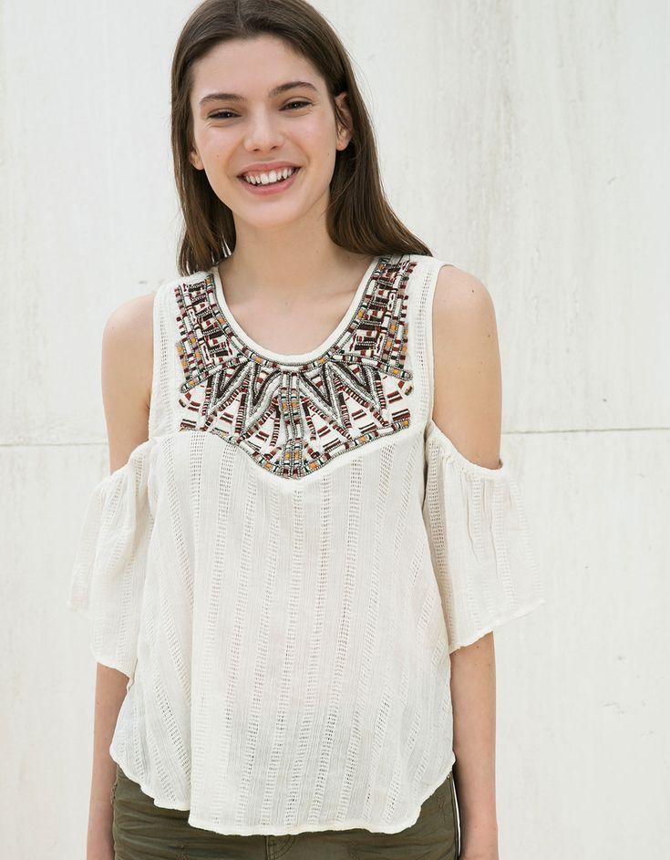Blusa hombro descubierto cuello bordado. Descubre ésta y muchas otras prendas en Bershka con nuevos productos cada semana
