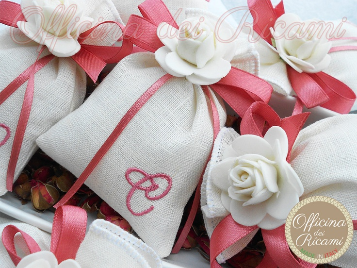 "#handcrafted #embroidery little sachets boxes or bags, customize with confetti in them, that you give away at #birth #birthday #communion #confirmation #baptism | #bomboniere sacchetti #portaconfetti per #nascita #compleanno #comunione #cresima #battesimo completamente personalizzabili e made in Italy. Model: ""GELSOMINO"" - Officina dei Ricami"