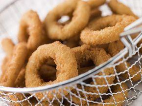 2 cipolle medie 300 g di birra molto fredda (o acqua frizzante) 200 g di farina (senza glutine per i celiaci) 1 cucchiaino di bicarbonato pepe 1 cucchiaino di paprika dolce 1 cucchiaino di sale 100 g di pangrattato (senza glutine per i celiaci) olio di semi per friggere Istruzioni Pulite e tagliate le cipolle a rondelle di 1 cm; versatele in acqua salata e fatele riposare per 30 minuti. Preparate la pastella versando in una ciotola la farina setacciata, la birra (o l'acqua frizzante)