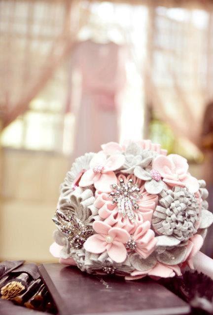 Felt and Brooch Bouquet #wedding #bouquet #diy #handbouquet #handmade #pink #pearls #felt #brooch