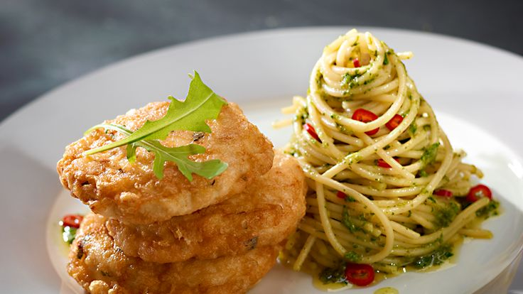 Wypróbuj przepis na pierś kurczaka w panierce serowej z sosem pesto według Karola Okrasy. Z pewnością Cię zachwyci!
