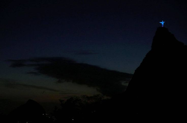 Maailmankuulu Kristus-patsas loisti Suomen väreissä Rion sysimustassa yössä *** Kristus Vapahtaja (port. Cristo Redentor) on ranskalaisen Paul Landowskin tekemä patsas Rio de Janeirossa Brasiliassa. #Suomi100 .