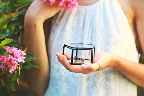 Ist die Ehe etwas aber schließlich brauchen alle Paare einen Ort, um die Ringe direkt zu speichern? Diese geometrischen Trauring-Box mit dem Pentagon Deckel drauf, ist alles widmet sich die Ringe zu schützen und gleichzeitig schön aussehen! Dieses Glas-Pentagon-Box würde auch eine schöne Hochzeitsgeschenk machen und Ihnen helfen, sparen viel Zeit bei der Suche nach dem perfekten Geschenk für das schöne Paar!  • Gefertigt aus 2 mm Klarglas, Messingrohr und Kupferdraht • Sorgfältig befestigt…