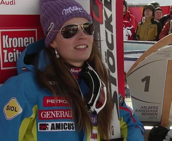 Kühler Kopf und heiße Beine: Tina Maze gewinnt Super G in St. Anton und schreibt Skiweltcupgeschichte -   Auf der anspruchsvollen Karl-Schranz-Piste in St. Anton hat sich die zur Zeit wohl kompletteste Skifahrerin durchgesetzt. Die Gesamtweltcupführende Slowenin Tina Maze setzte sich in einer Zeit von 1:16.55 Minuten mit einem hauchdünnen Vorsprung von 4 Hundertstel Sekunden vor der Österreicherin Anna Fenninger und der Schweizerin Fabienne Suter (+ 0.99) durch.......