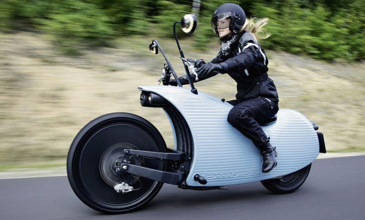 No es la primera motocicleta eléctrica que vemos por aquí, pero la Johammer J1 sí que es una de las más peculiares. Este vehículo acaba de salir a la venta en Austria, y ofrece un diseño entre retro y futurista que casi parece sacado de una serie de animación infantil como The Jetsons.