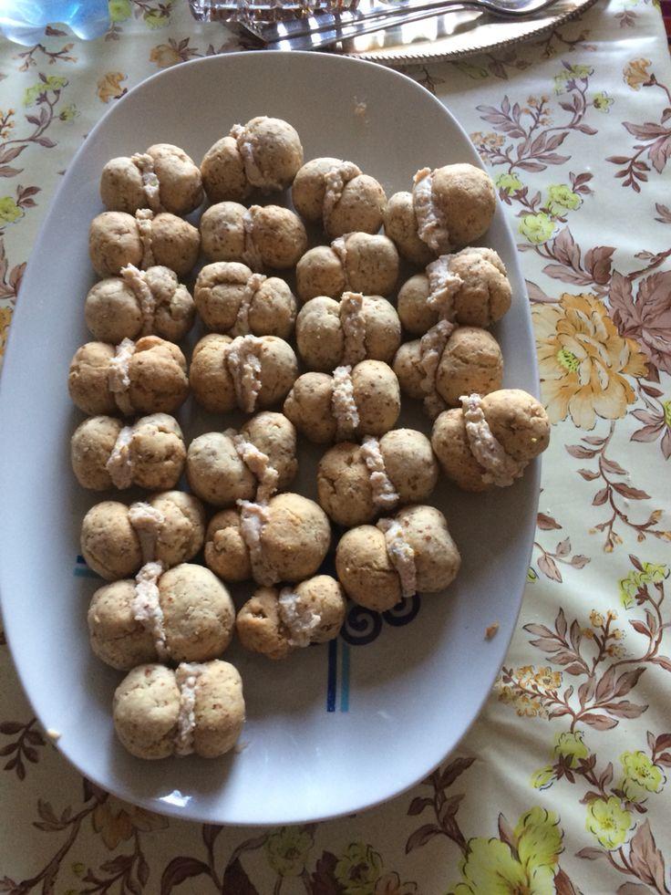Baci di dama salati con mandorle tritate, grana, farina e vino bianco, ripiene di mortadella, ricotta e pistacchi