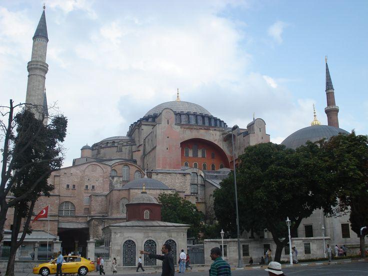 La basílica organiza su espacio, generalmente, en tres naves longitudinales, que pueden ser cinco, separadas por columnas; la nave central ...