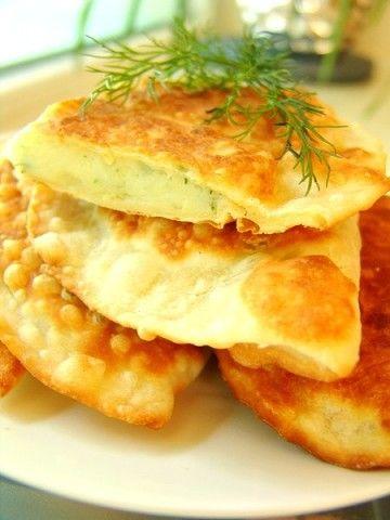 Чебуреки на кефире с картошечкой и сыром  Ингредиенты: для теста:1 яйцо 150 мл. кефира + 1 ст.л. сметаны 50 гр.сливочного масла (растопить) 0,5 ч.л.соли 450 гр.муки для начинки: 1 кг картофеля 100-150 гр любого твёрдого сыра 1 пучок укропа,соль перец