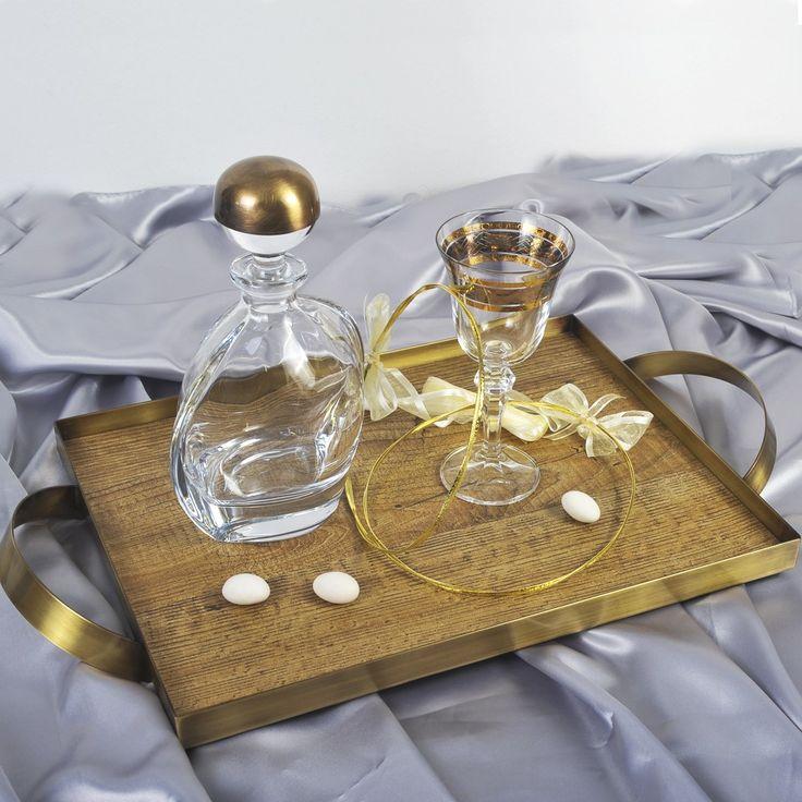 Η εταιρία Zoulovits δημιουργεί μοναδικές συνθέσεις γάμου για την ωραιότερη μέρα ενός ζευγαριού. Το σετ περιλαμβάνει: ένα δίσκο ξύλινο με μπρονζέ φινίρισμα και χέρια, μία καράφα Βοημίας με μπρονζέ πώμα και ένα ποτήρι κρασιού με χρυσά και μπρονζέ σχέδια. Λιτό , κομψό , διαχρονικό.