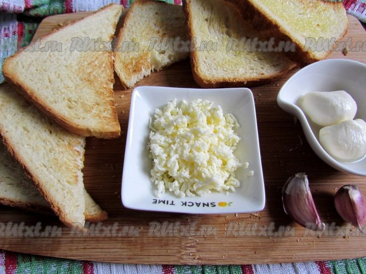 Сыр моцарелла с помидорами и базиликом