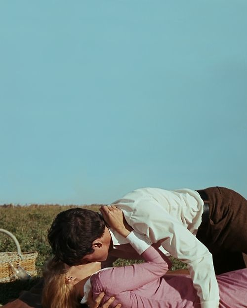 Beatty / Dunaway. Kissing. In love. Killed after a while. Bonnie and Clyde. '67. Veja também: http://semioticas1.blogspot.com.br/2012/01/homens-ilustres.html