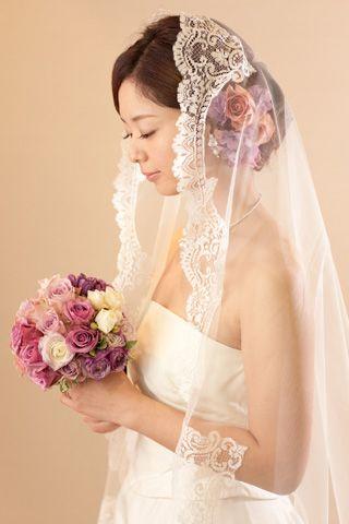 パープルのお花で大人かわいいスタイルに。マリアベール越しにもお花が見えて華やか。