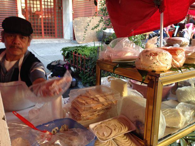 Um senhor me oferecendo queijo para provar, no Mercado Sobre Ruedas da Colonia Nápoles – Fonte: Arquivo pessoal