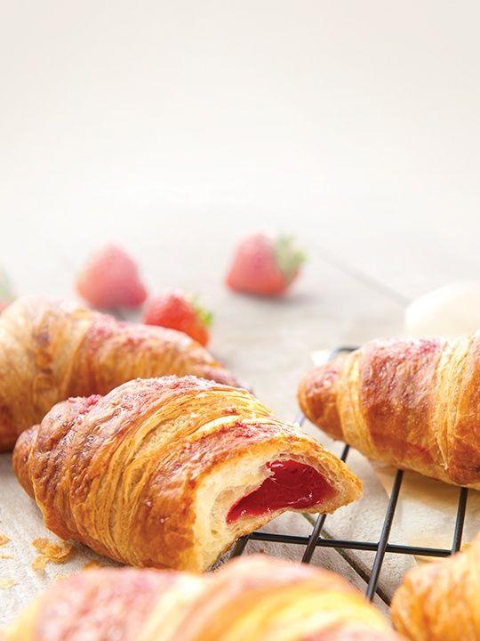 Vychutnejte si snídani s vůní jahod.  Léto 2017 - jahodový croissant