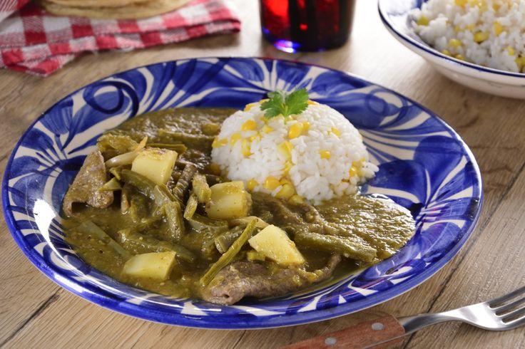 Esta receta es un platillo popular en México que es muy rápida de preparar y sabrosa. Prepara este guisado de bistec, papas y nopales acompañados de una acidita y rica salsa verde. No puede faltar en tu comida de diario, te va a encantar.