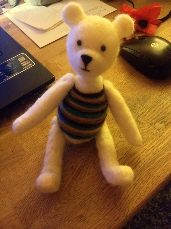 Needlefelted teddybear with moveable arms and legs in wool :)