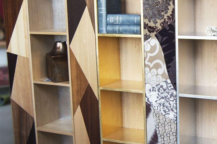 Artigiano: Alessio Negozi Design  La Libreria Schegge di Memoria è unelemento unico ed originale in quanto nasce dal particolare accostamento di vari ritagli di legno e tessuto che vengono composti ogni volta in maniera diversa, permettendo una possibilità infinita di combinazioni e quindi un grado di esclusività unico nel suo genere.  Una libreria modulare e contenitiva conante impiallacciate con varie essenze di legno e tessuto pregiato.