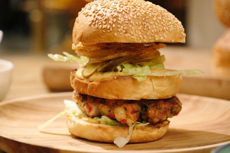 Heel wat mensen zijn dol op scampi diabolique. Speciaal voor hen bedacht Jeroen een bijzondere variant: een scampiburger met een zelfbedachte diaboliquemayonaise. Echt een gerecht om het weekend in te zetten!
