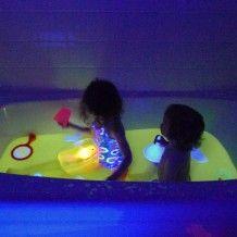 Rendre le bain phosphorescent : Vitamine B en pastilles et remplacer l'ampoule de la salle de bain par une ampoule pour lumière noire (60 Watts) :)