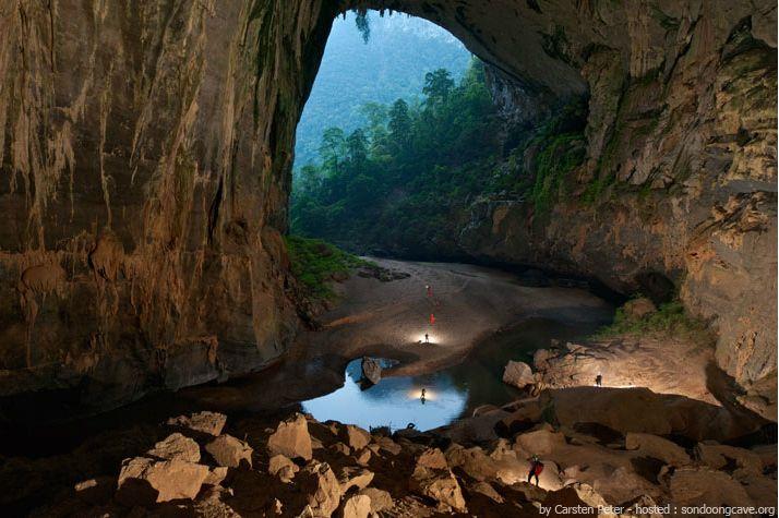 Um grande portão de abertura da caverna