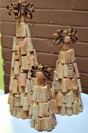 Un conjunto de 3 árboles de Navidad de corcho rústico decoradas con corchos de vino reasingados cortados a mano y rematado con un corcho de champán con la cinta y estrella de oro. El color de cinta, bronce, oro metálico y marrón--coincide maravillosamente con los corchos.    El gran árbol mide 16 de alto - base de 18 de ancho  El árbol mediano mide 12 de alto - base de 14 de ancho  El pequeño árbol mide 8,5 alto - base de 12 de ancho