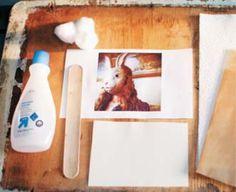 写真を転写するには特別な道具などが必要だと思っていませんか?実は、除光液を使えば紙だけでなく、板やお皿などにも絵や写真を転写することができるんです!今回は、詳しいやり方をご紹介します。