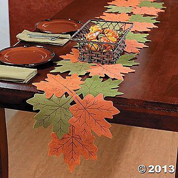 Uniendo varias hojas recortadas sobre paño lenci o papel se puede hacer esta decoración para una mesa de Otoño.