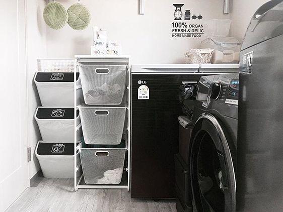 "731 Likes, 33 Comments - #하우스그램 (@housegram_) on Instagram: ""집사진 올릴 땐 #하우스그램 @_harub 님의 하우스 . 세탁실이라고 그냥 지나칠 수 있나요? 블랙 & 화이트 #세탁실 인테리어 . <제품정보> 3단수납장 : 이케아 알고트…"""