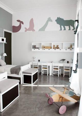 Chambre neutre pour deux enfants en bas âge avec un coin bureau pour chacun d'entre eux.
