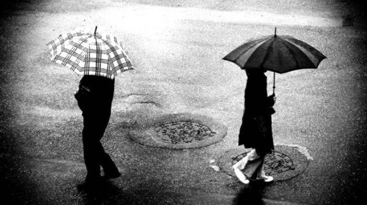 «Με χώρισε» «Ε;» «Με χώρισε» «Μα τώρα σας άφησα μια χαρά ή κάτι δεν κατάλαβα;» «Με χώρισε, τώρα ξαφνικά, από το τηλέφωνο» είπε και το κλάμα σκέπασε τις λέξεις . Ήταν όλα μια χαρά, στο ορκίζομαι, ήταν όλα μια χαρά. Περνούσαμε υπέροχα. Ακόμα και τις φοβίες που είχε στην αρχή τις είχε ξεπεράσει. Τα κάναμε όλα
