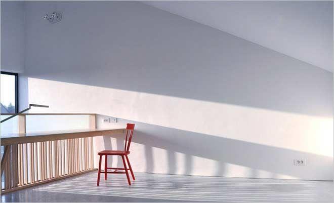 bureaumeubel met rode stoel