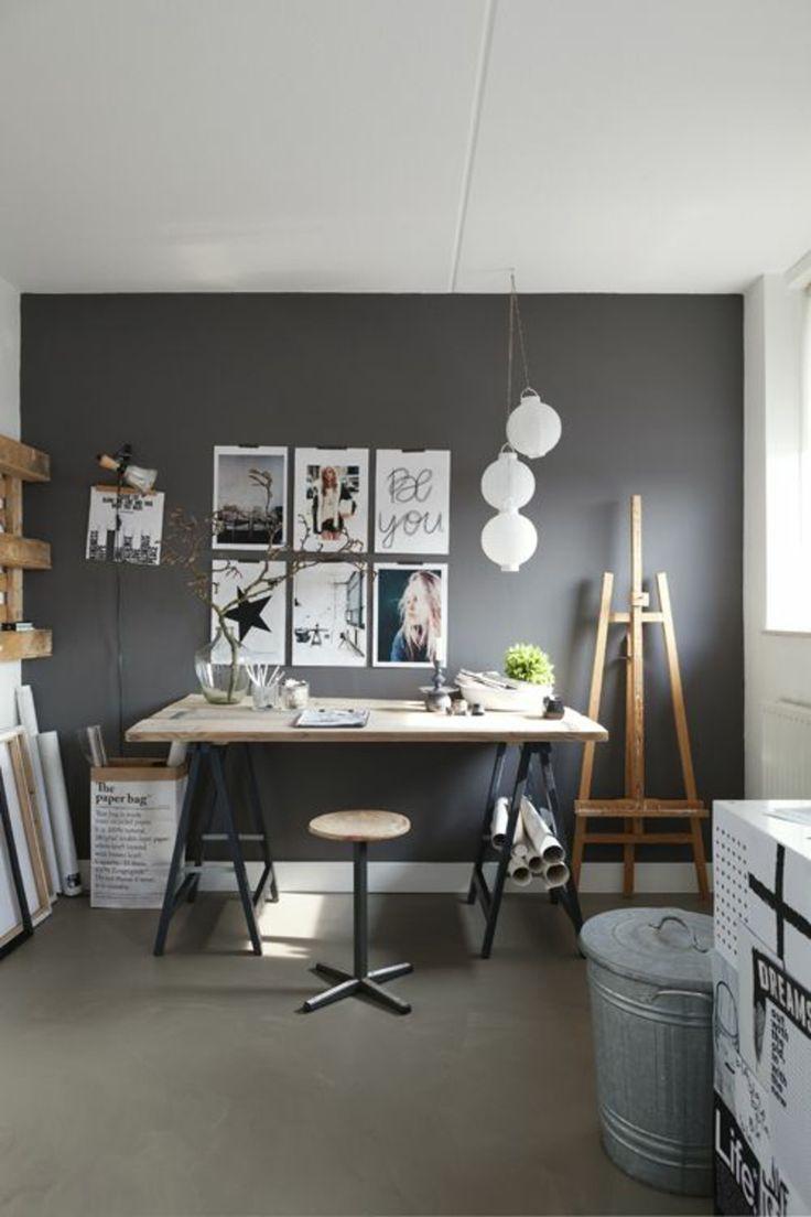 klassische Büromöbel aus Holz und graue Wadfarbe als Hintergrund ...