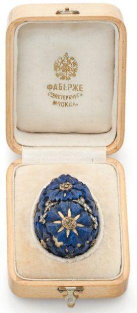 Fabergé oeuf en or cisele, decors de lapis lazuli en etoiles et diamants taille en rose. Dans sa boite marquee Fabergé, Saint-Petersbourg Moscou.