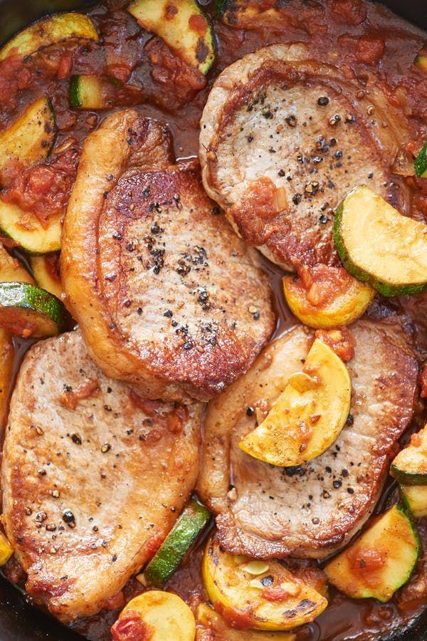 Πεντανόστιμα μπριζολάκια χοιρινά με σάλτσα ντομάτας, πράσινα και κίτρινα κολοκυθάκια, γαρνιρισμένα με κόλιανδρο στο τηγάνι. Μια πολύ εύκολη και γρήγορη στη