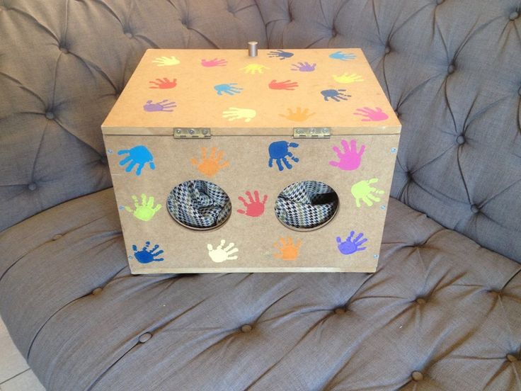 Voeldoos met verschillende zachte en harde spulletjes in. Zo kan het kindje zelf in de doos voelen en dingen nemen.
