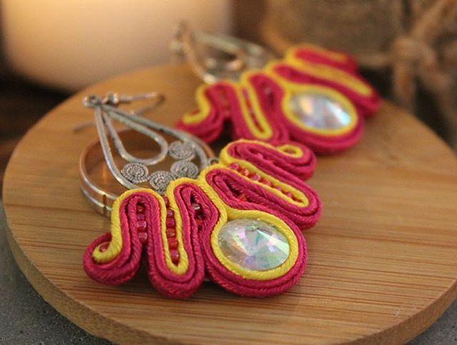 Сутажные серьги яркого летнего цвета! От мастера @annvaschyk и в осеннем свете выглядят очень притягательно! По всем вопросам пишите в Директ 🌸#серьги #annvaschyk #showme_woi #showme_thehoney #jewelry #earrings