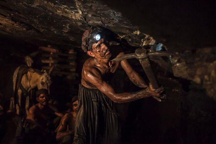 Unter Tage in Pakistan: Primitive Arbeitsbedingungen: Mit einfachen Spitzhacken brechen die Arbeiter die Kohle aus dem Berg. Die niedrigen Stollen sind kaum abgesichert und schlecht beleuchtet. Arbeitsunfälle sind an der Tagesordnung.