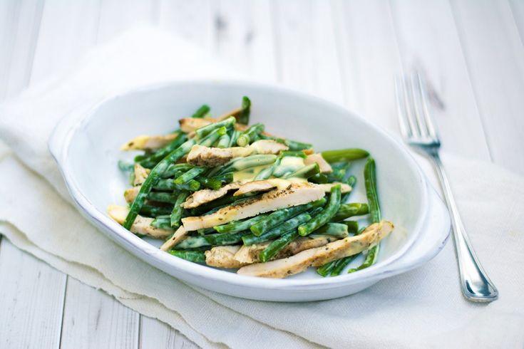 L'insalata di pollo con maionese allo yogurt e fagiolini è una ricetta light che si prepara in soli 10 minuti.