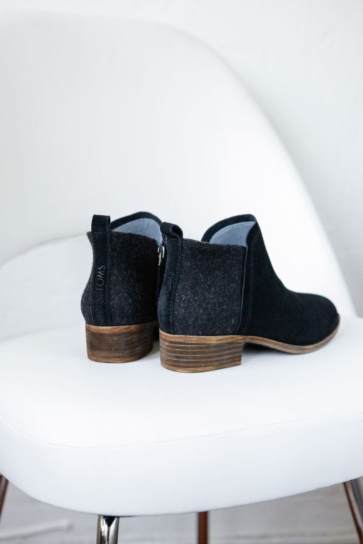 Head out in the TOMS Deia ankle boot. With a short heel and a blend of wool and suede these booties are great with jeans and more.