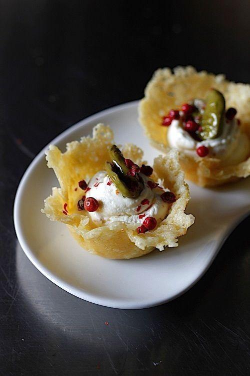 Cestini di grana con caprino, olive e pepe rosa